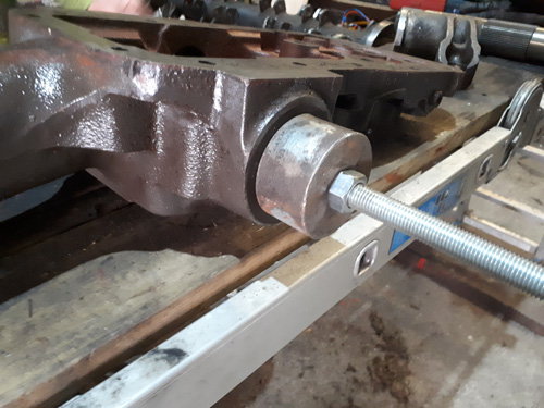 Puller fitted against the top cover